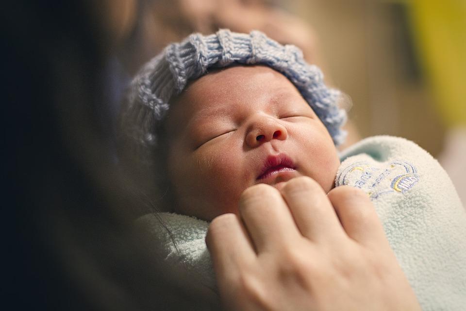 Как и чем чистить нос новорожденному