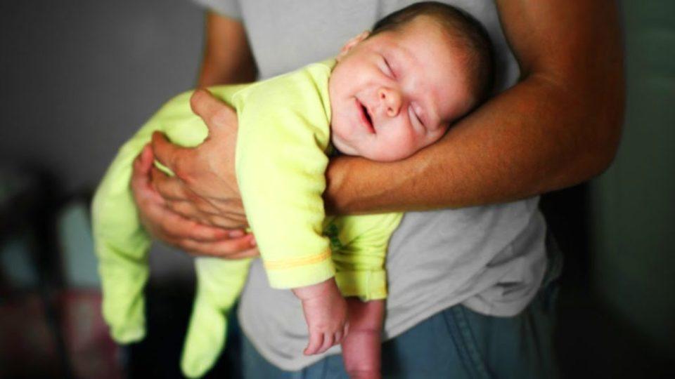 Как правильно носить новорожденного на руках: лучшие позы